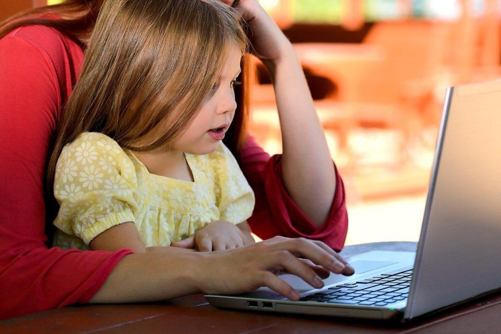 Lernendes junges Mädchen